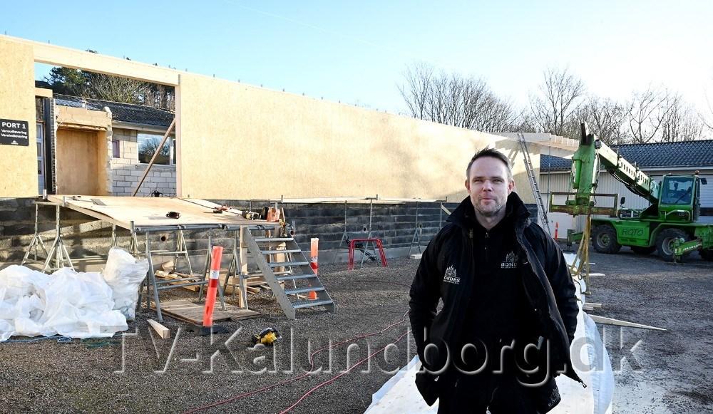 Jimmy Bonde foran den nye tilbygning. Foto: Jens Nielsen