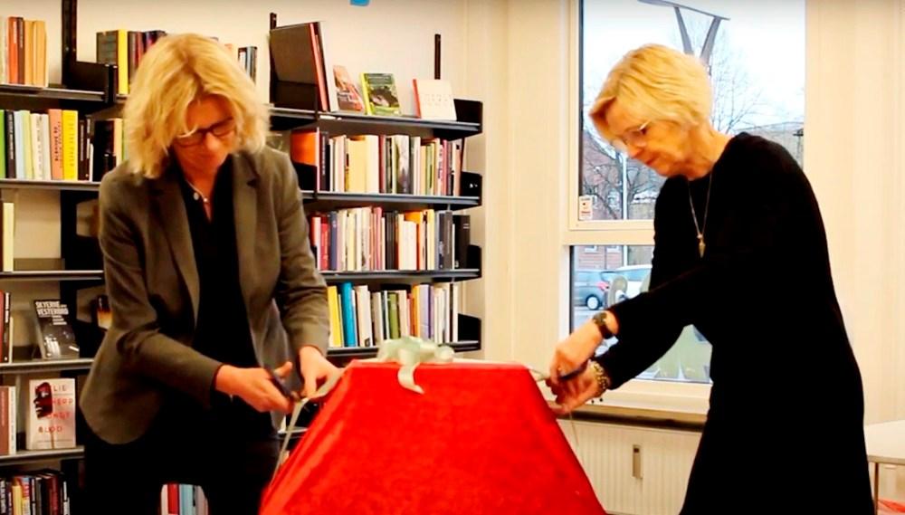 Biblioteksleder Jette Mygindog Stine Veisegaard, faglig koordinator, afslørede kataloget.