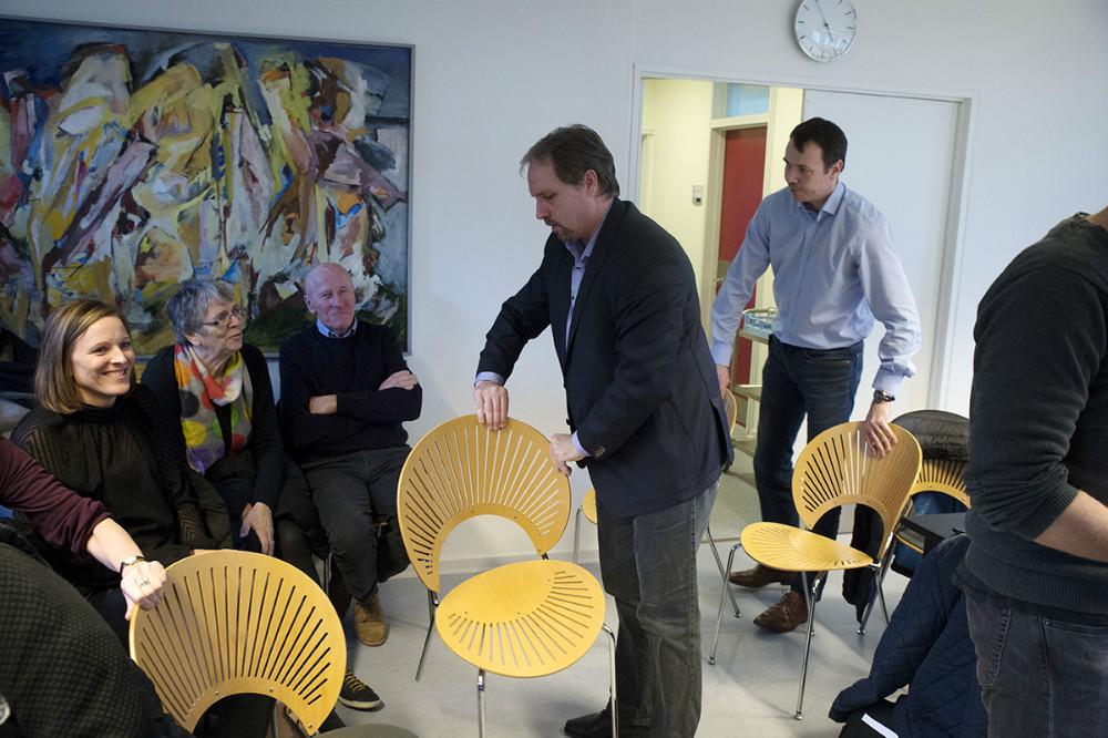 Der måtte hentes ekstra stole ind til de mange tilhørere, der var dukket op til kommunalbestyrelsesmødet. Foto: Jens Nielsen