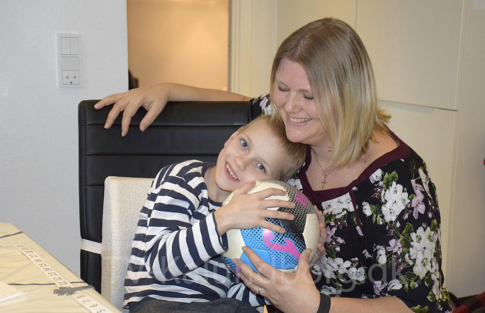 Thor Tamminen samler penge ind til sin operation sammen med sin mor, Mie Rasmussen. Foto: Gitte Korsgaard.