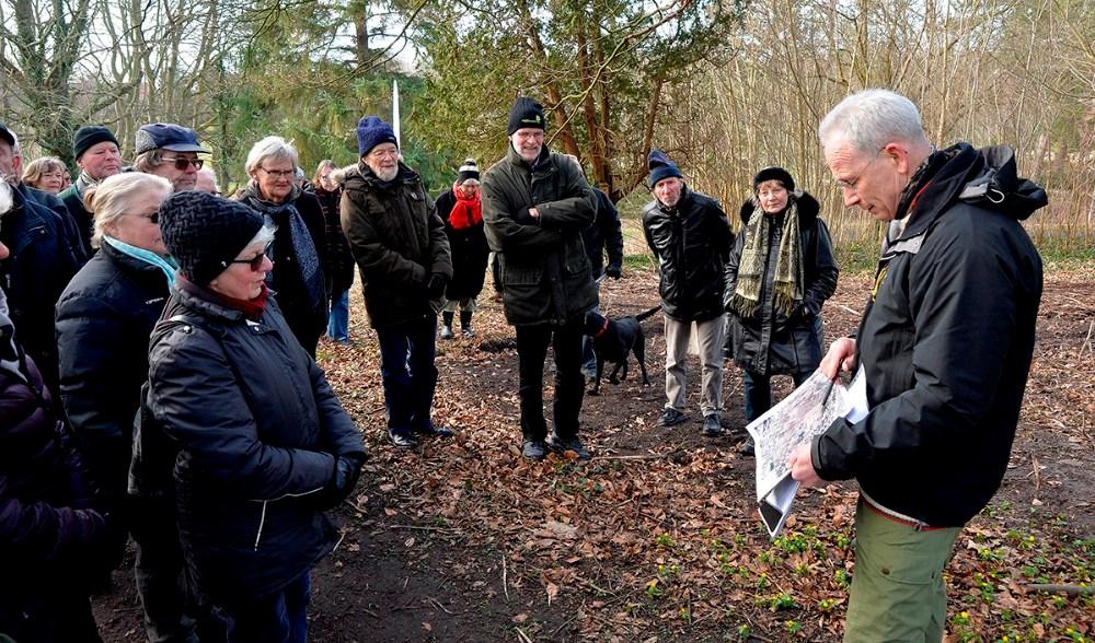 Efter kåringen af Evighedstræet guidede Skov- og landskabsingeniør Rasmus Berg deltagerne rundt på Møllebakken. Foto: Jens Nielsen