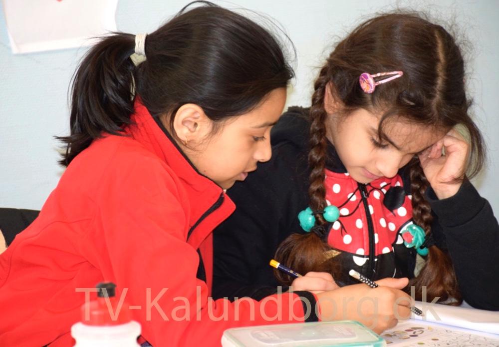 Amina og Fatima hjælper hinanden med lektierne. Foto: Gitte Korsgaard.