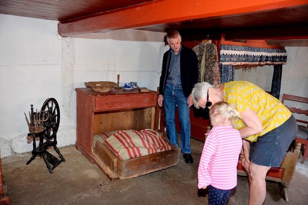 René Rohde, formand for Reersø Museum, viste rundt og fortalte om den omfattende renovering. Foto: Jens Nielsen
