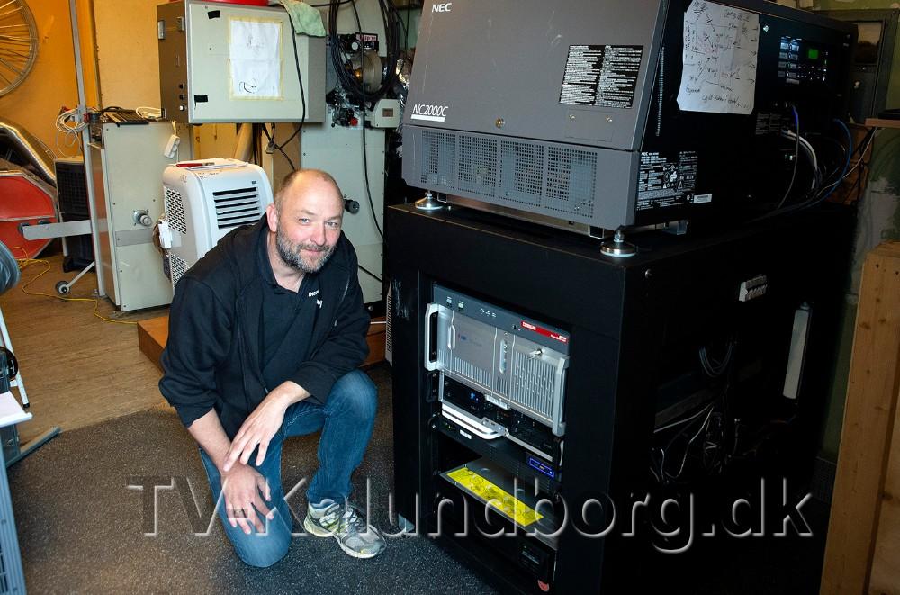 Brian Sønder Andersen ved den nye server. Foto: Jens Nielsen