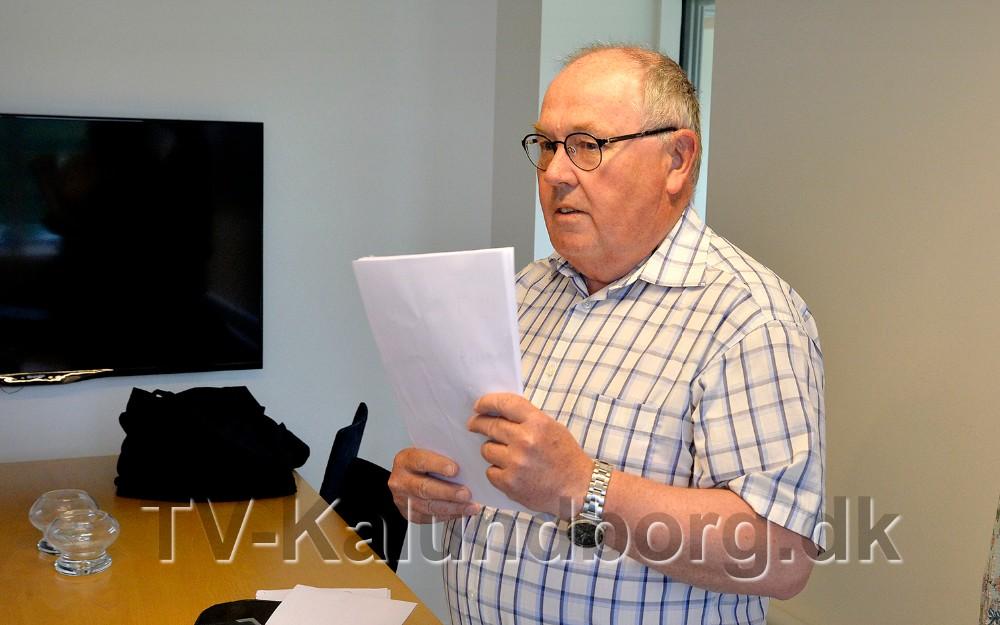 Ole Eg Pedersen med den mange underskrifter. Foto: Jens Nielsen