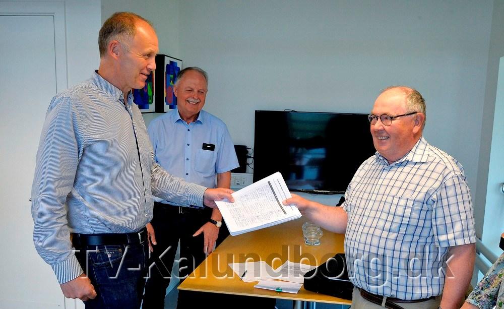 Ole Eg Pedersen overrakte de knapt 1200 underskrifter til Martin Damm. Foto: Jens Nielsen