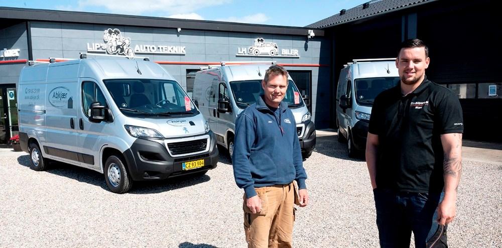 Tømrermester Allan Abkjær sammen Marc Andreasen, erhvervssælger hos LH Biler, foran de tre nye varevogne. Foto: Jens Nielsen