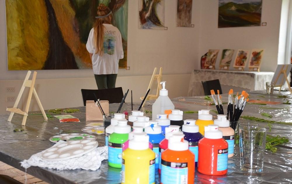 Børnene kan komme og male billeder hele pinsen på Fugledegaard. Foto: Gitte Korsgaard.