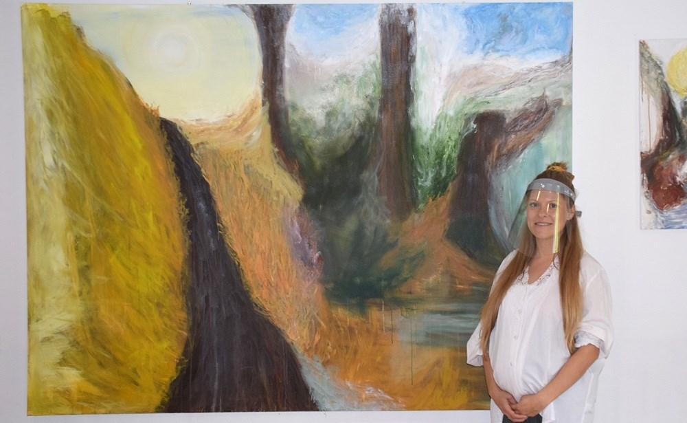 Der er Kunst i Pinsen på Fugledegaard igen søndag og mandag, hvor Julie Dam (på billedet) og Hanne Christensen udstiller malerier og keramik.Foto: Gitte Korsgaard.