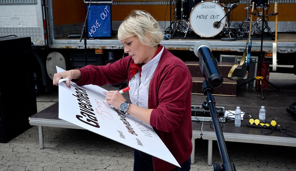 15.000 kr. skrev varehuschef Kirsti Thygesen på checken til Team Rynkeby Vestsjælland. Foto: Jens Nielsen