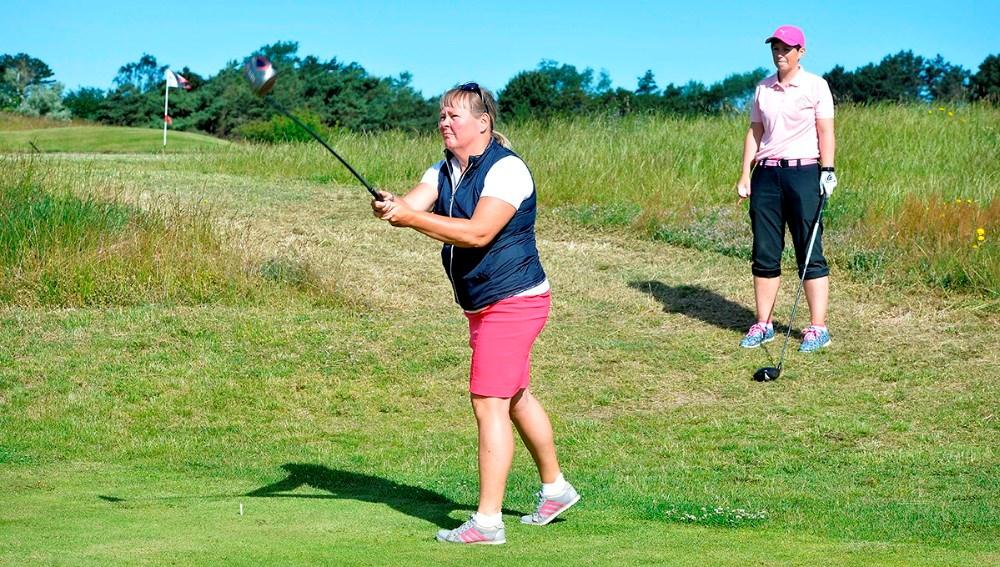 Spillet er i gang, her Anita Holm-Jensen, mens Ann Bille ser til. Foto: Jens Nielsen