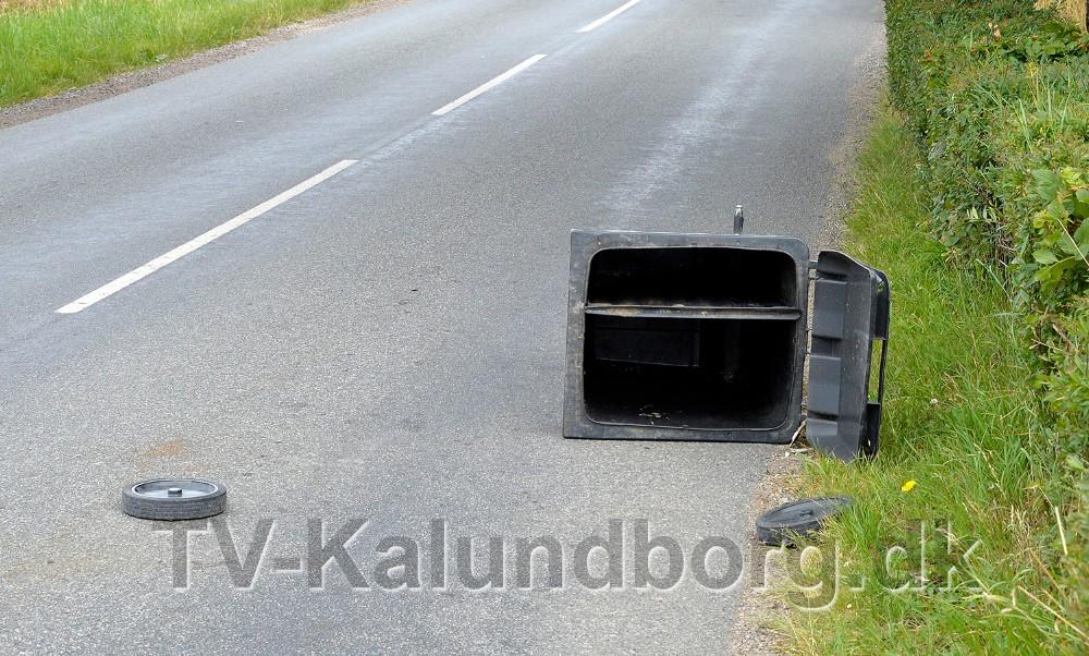 Den påkørte skraldespand endte på kørebanen. Foto: Jens Nielsen