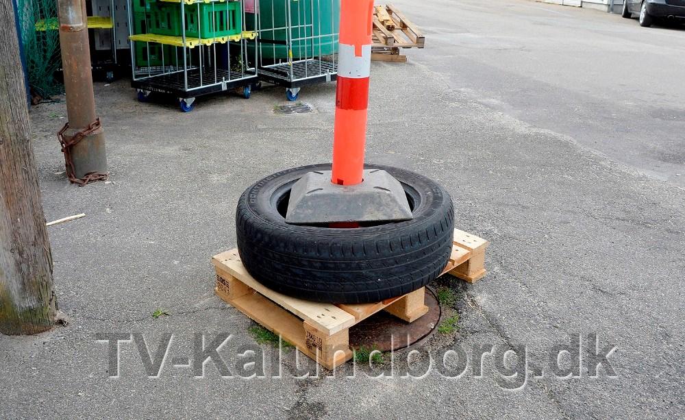 Kloakdækslet er nu spærret af. Foto: Jens Nielsen