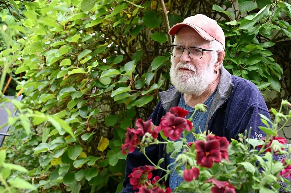 85-årige Mogens Madsen i sin store have på Røsnæsvej. Foto: Jens Nielsen