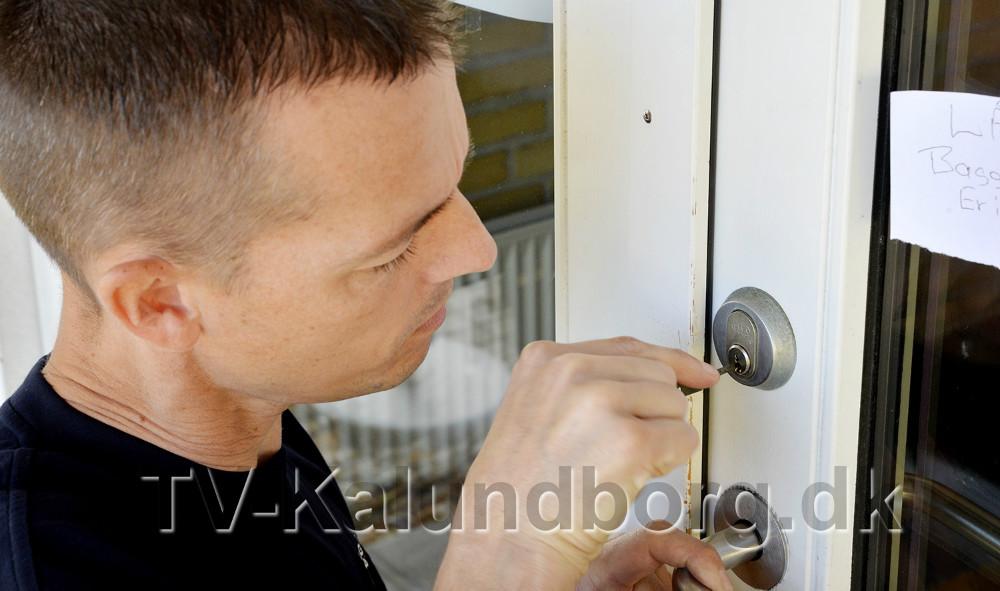 Låsetekniker Paw Jensen fra Bagger Låse og Alarm måtte forbi Bredgade onsdag morgen for endnu engang at pille tandstikker ud af flere låse. Foto: Jens Nielsen