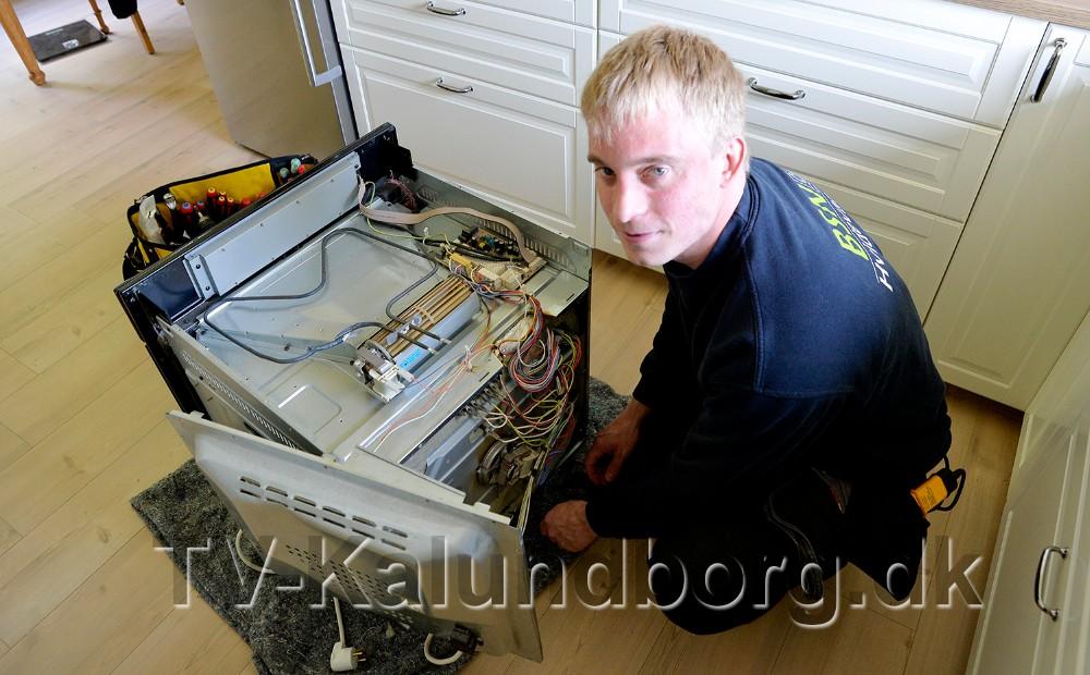 Brian Stentoft Nielsen udfører reparationen direkte hos kunden. Foto: Jens Nielsen