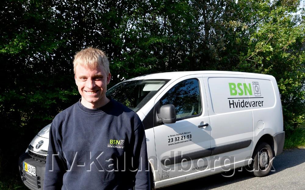 Brian Stentoft Nielsen foran sin servicebil, klar til at rykke ud til kunderne. Foto: Jens Nielsen
