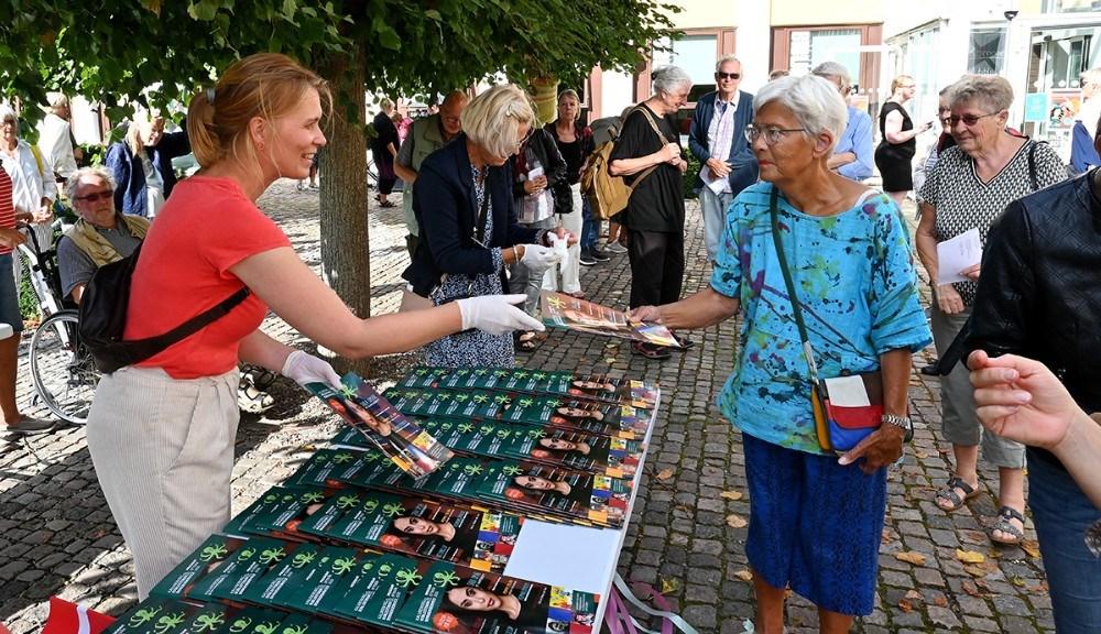 Mange var mødt op for at få et eksemplar af det nye efterårskatalog. Foto: Jens Nielsen