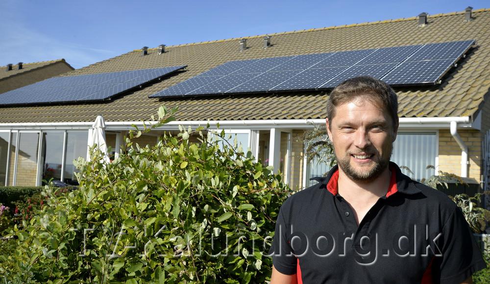 Anders Werth klar til at sætte flere solcelle paneler op. Foto: Jens Nielsen