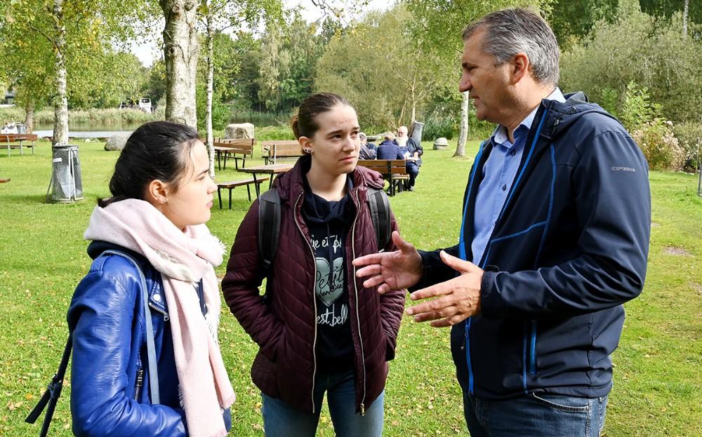 To af de internationale studerende var også med på turen, her snakker de med direktør i Kalundborg Kommune, Michel van der Linden. Foto: Jens Nielsen