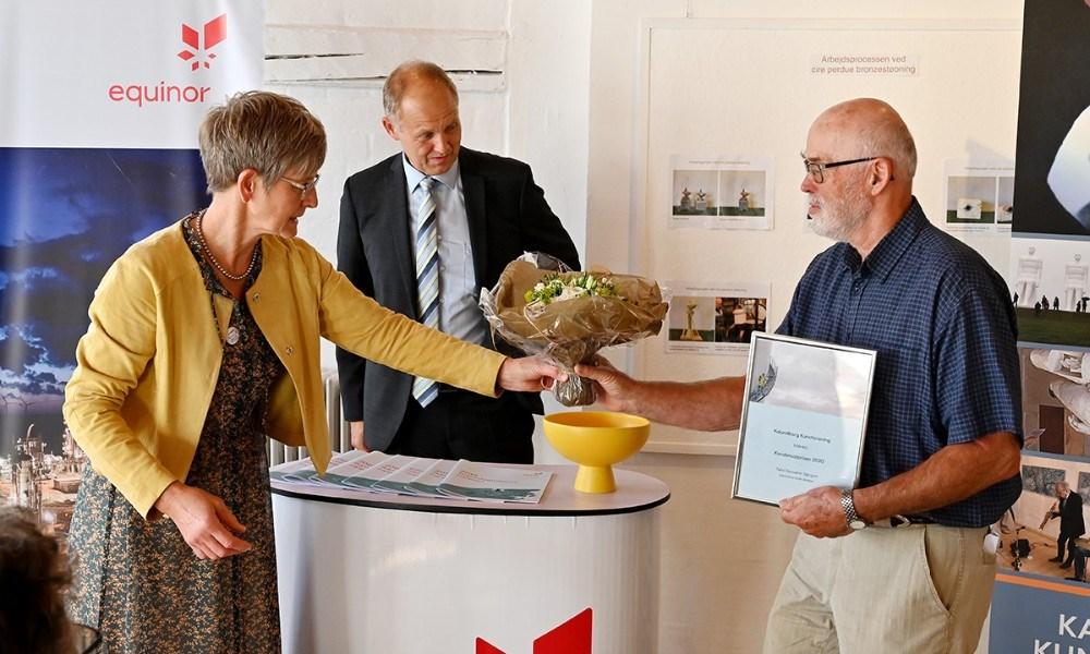 Charlotte Balslev fra Equinor Refining Denmark overrakte prisen til formand for Kalundborg Kunstforening, Peer Lysemose. Foto: Jens Nielsen