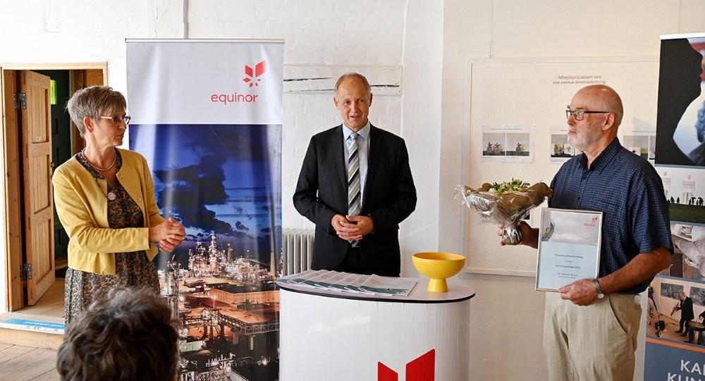 Charlotte Balslev fra Equinor Refining Denmark overrakte prisen til formand for Kalundborg Kunstforening, Per Lysemose. Foto: Jens Nielsen