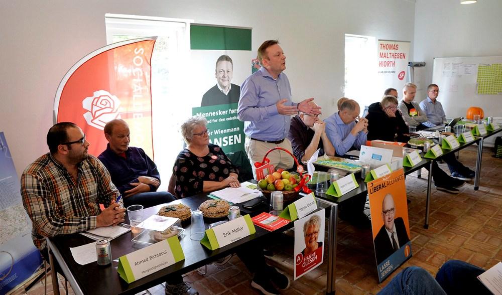 Panelet af politikere med deres medbragte kager. Foto: Jens Nielsen
