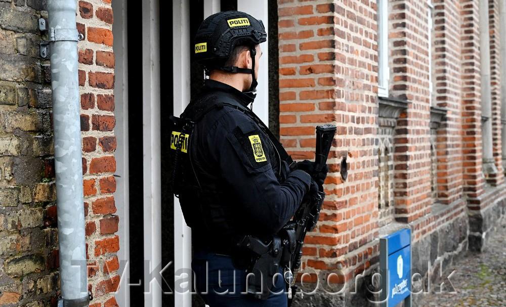 Politiet mødte talstærkt op ved jobcentret på Torvet i Kalundborg i forbindelse med truslen. Foto: Jens Nielsen