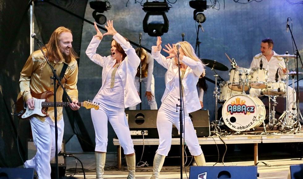 ABBA cz underholder til julefrokosten i Kalundborghallen d. 14. december.