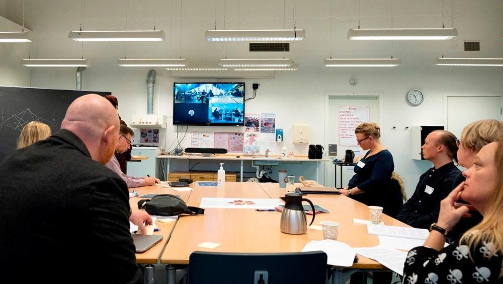 Deltagerne var opdelt i mindre grupper i separate lokaler og med plenum oplæg og drøftelse virtuelt. Foto: Jens Nielsen
