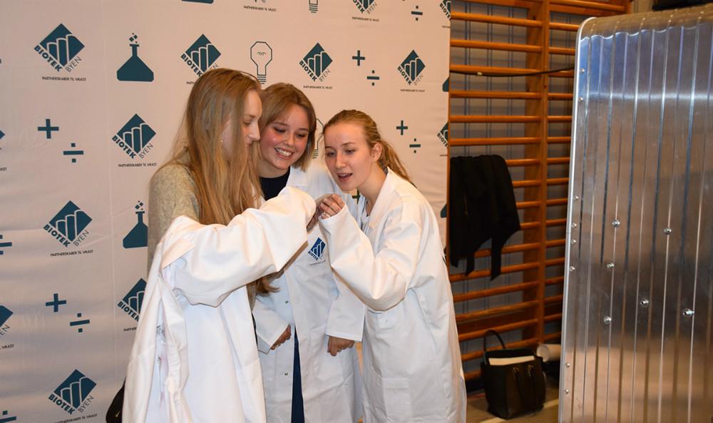 Hele torsdagen er der biotekmesse i Kalundborghallerne, hvor gymnasieelever fra hele landet bl.a. dyster om årets titel som biotekmester. Foto: Gitte Korsgaard.