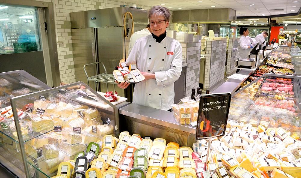 Susanne Sørensen, oste-ansvarlig hos Meny Kalundborg, med et lille udvalg af de mere end 100 nye oste. Foto: Jens Nielsen