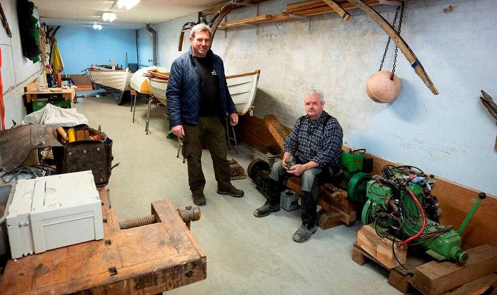 Peter Andresen og Hardy Bruun i det maritime værksted som er etableret i det gamle pakhus i havneparken. Foto: Jens Nielsen