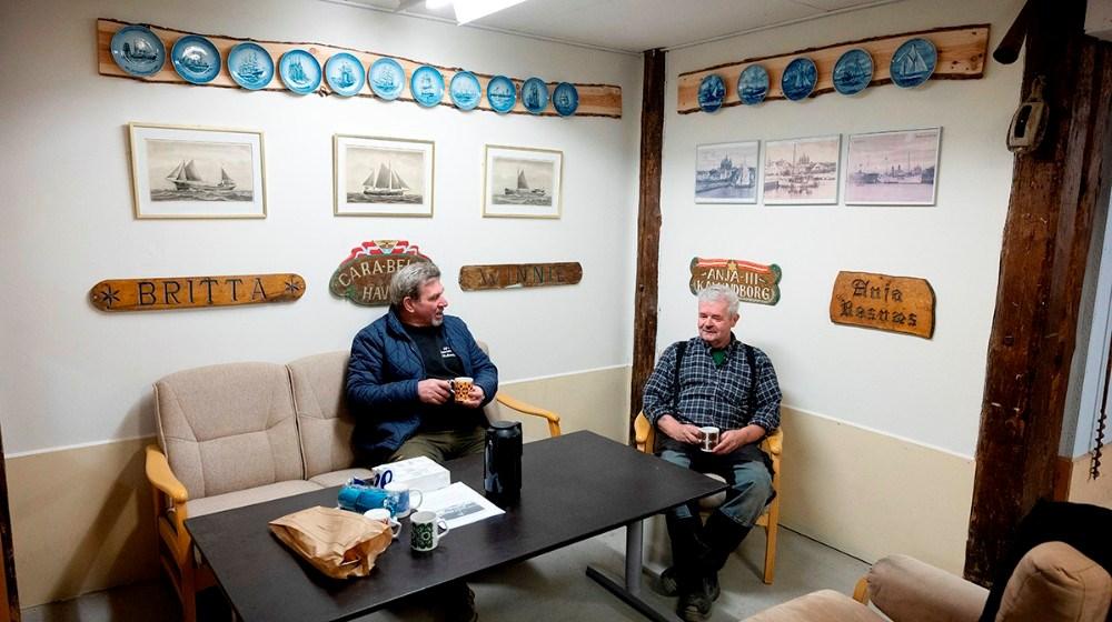 Peter Andresen og Hardy Bruun i det indrettede hyggehjørne, hvor der kan nydes en kop kaffe. Foto: Jens Nielsen