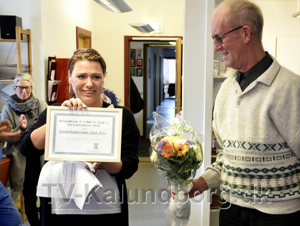 Pia Mølbæk modtog prisen fra Max R. Hansen. Foto Jens Nielsen