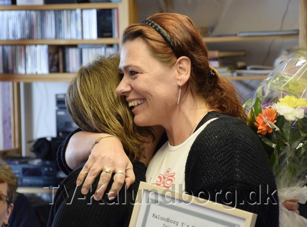 Dorte Jørgensen, der havde indstillet Sund Stil til prisen, fik en ´krammer´ af Pia Mølbæk. Foto Jens Nielsen