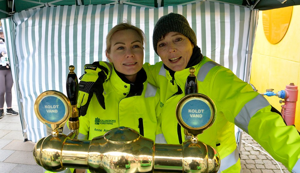 Anne Sødal Aagren og Lone Mattison delte vand ud. Foto: Jens Nielsen