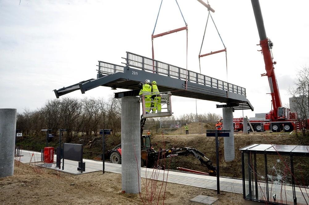 Gangbroen som forbinder den nye station på Stejlhøj med Novo-sitet, er blevet løftet på plads lørdag. Foto: Jens Nielsen