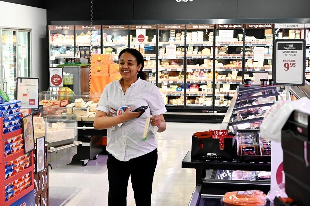 Fem fuldtidsmedarbejdere pakker varer til de mange net-ordrer. Foto: Jens Nielsen