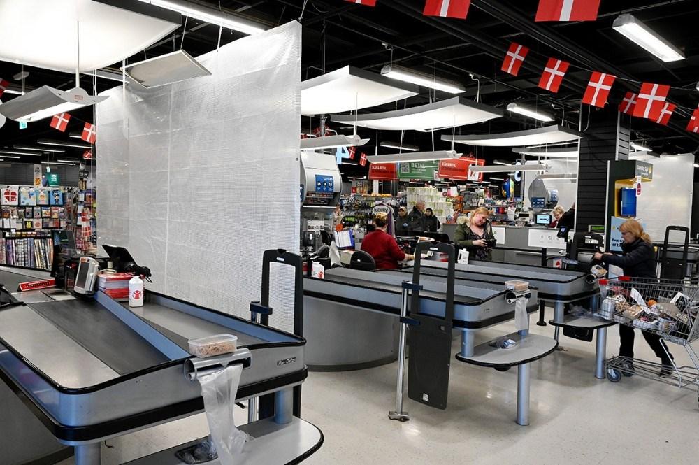Der er sat afskærmning op mellem de kasselinjer hvor kunderne står ryg mod ryg. Foto: Jens Nielsen