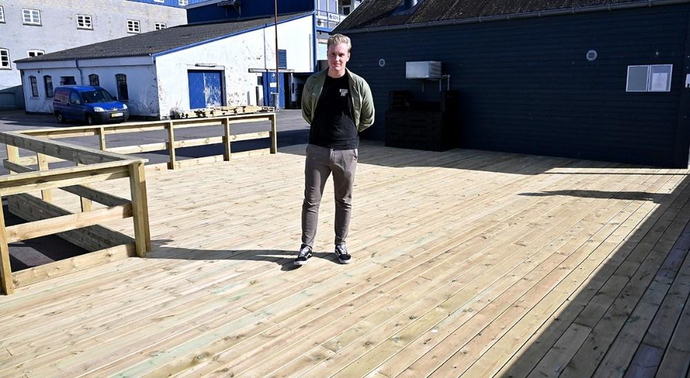 Der er bygget en helt ny terrasse ved Asgers Fisk.  Foto: Jens Nielsen