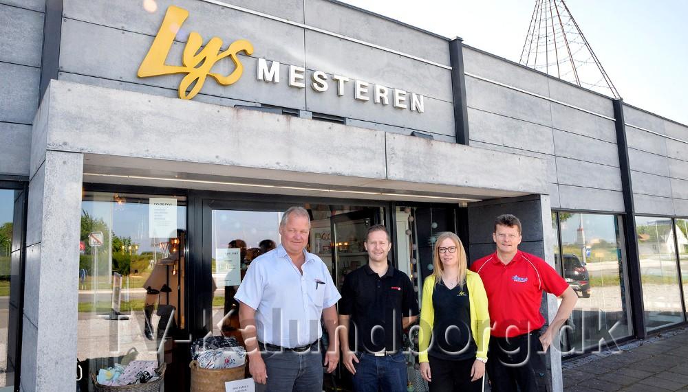 Steen Jensen og Jesper Abkjær Petersen, sammen med butikschef Rikke Vind og Niels Eiland fra Eiland El A/S. Foto: Jens Nielsen