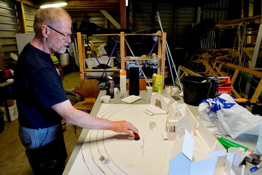 Formand for KAT, Jakob Hedeboe har fremstillet alle kulisserne i pap i 1:25, så er det nemmere for dem som skal bygge kulisserne at danne sig et billede. Foto: Jens Nielsen