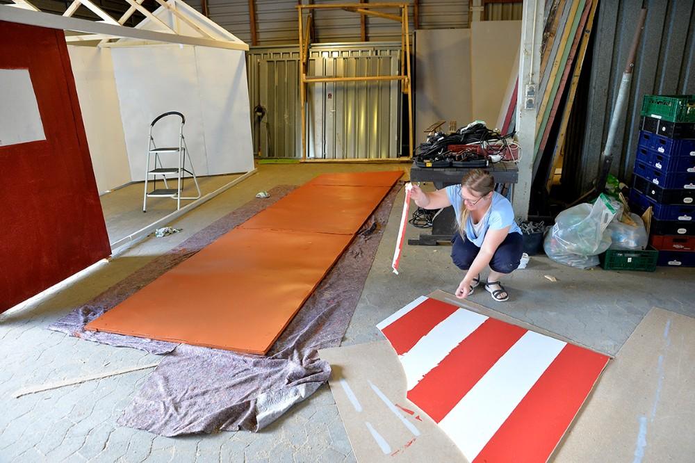 Der arbejdes med kulisserne. Foto: Jens Nielsen