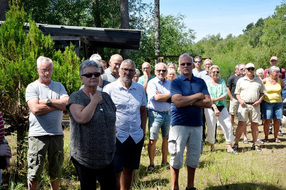 Næsten 100 sommerhusejere mødte op søndag eftermiddag for at finde en fælles løsning på den megen tang på stranden. Foto: Jens Nielsen