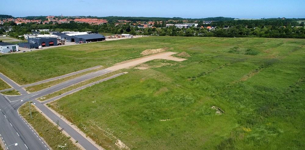 På den store tomme grund ved siden af Vej og Parks materielgård på Stejlhøj, skal det nye projekthus opføres sammen medAbsalons kommende campus i Kalundborg. Foto: Jens Nielsen