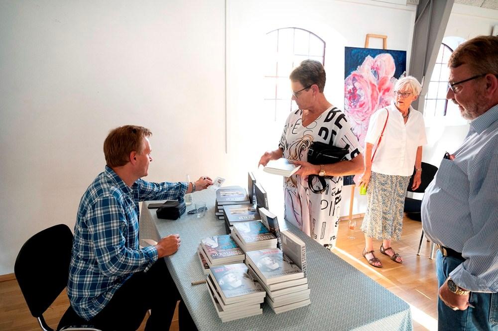I pausen var der mulighed for at købe en eller flere bøger af den populære korrespondent. Foto: Jens Nielsen