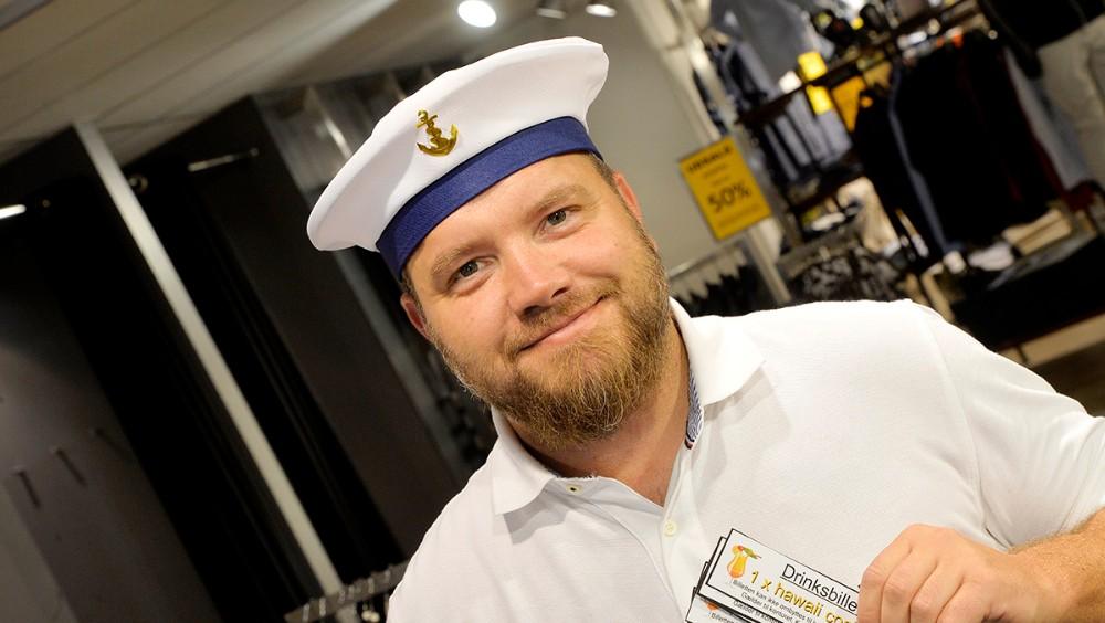 Butikschef hos Bech Menswear i Kordilgade. Thomas Nielsen, sælger sømandskasketter, så dem der skal opleve Sømændene på fredag, klar være reglementeret påklædt. Foto: Jens Nielsen