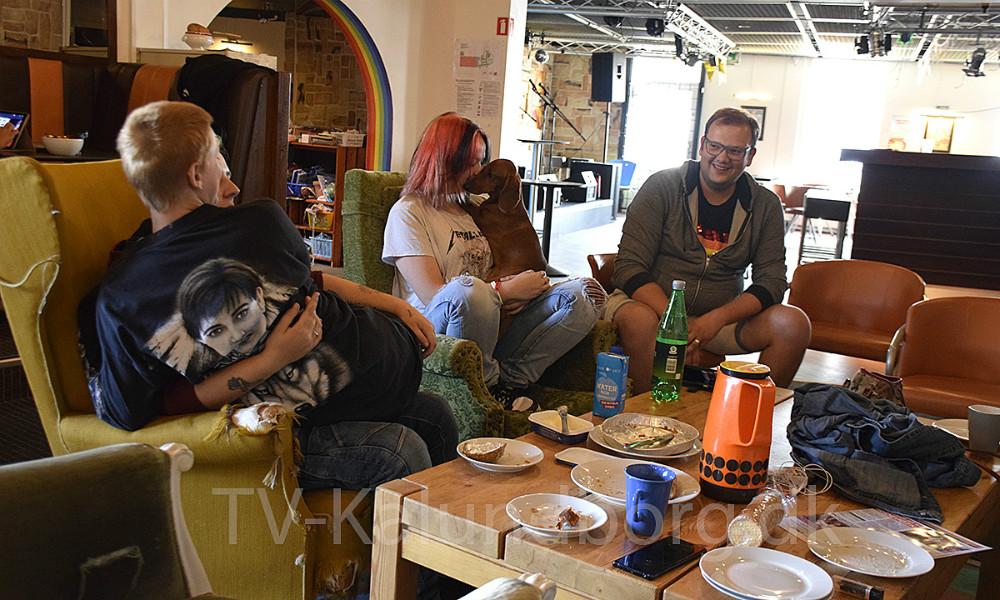 Flere af medlemmerne fra LGBT  Ungegruppe Vestsjælland (LUV) hygger sig i Klubhuset på Vester Havnevej i Kalundborg. Foto: Gitte Korsgaard.
