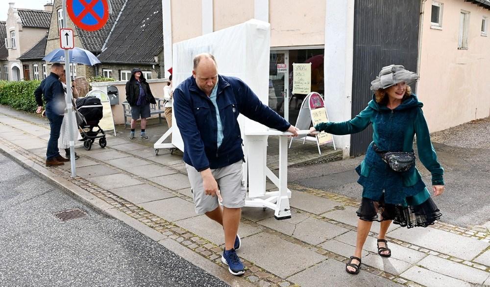 Den rullende væg er sat i bevægelse med Ditte Forchhammer forrest. Foto: Jens Nielsen